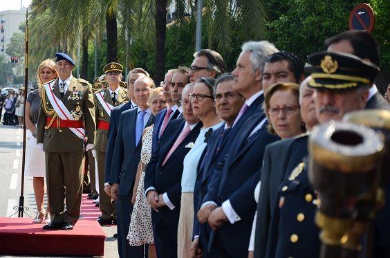 Miembros del Gobierno municipal y otras personalidades que asistieron a la parada militar