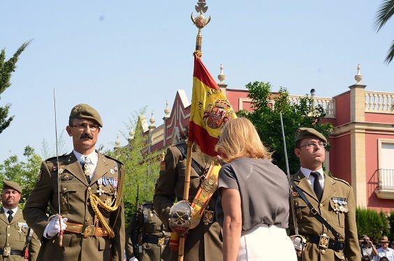 La alcaldesa, María José García-Pelayo, jurando la bandera española