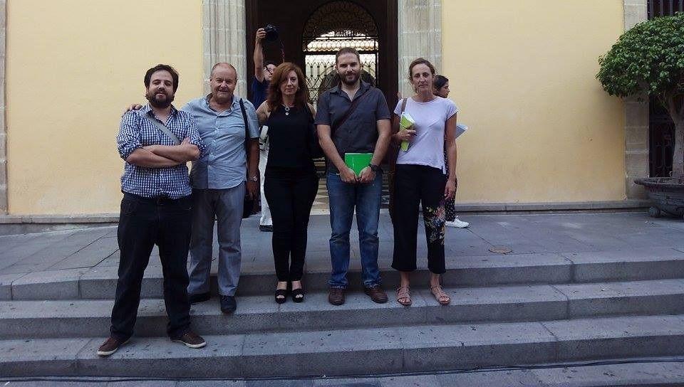 Imagen de los cinco concejales de Ganemos Jerez en la puerta del Consistorio