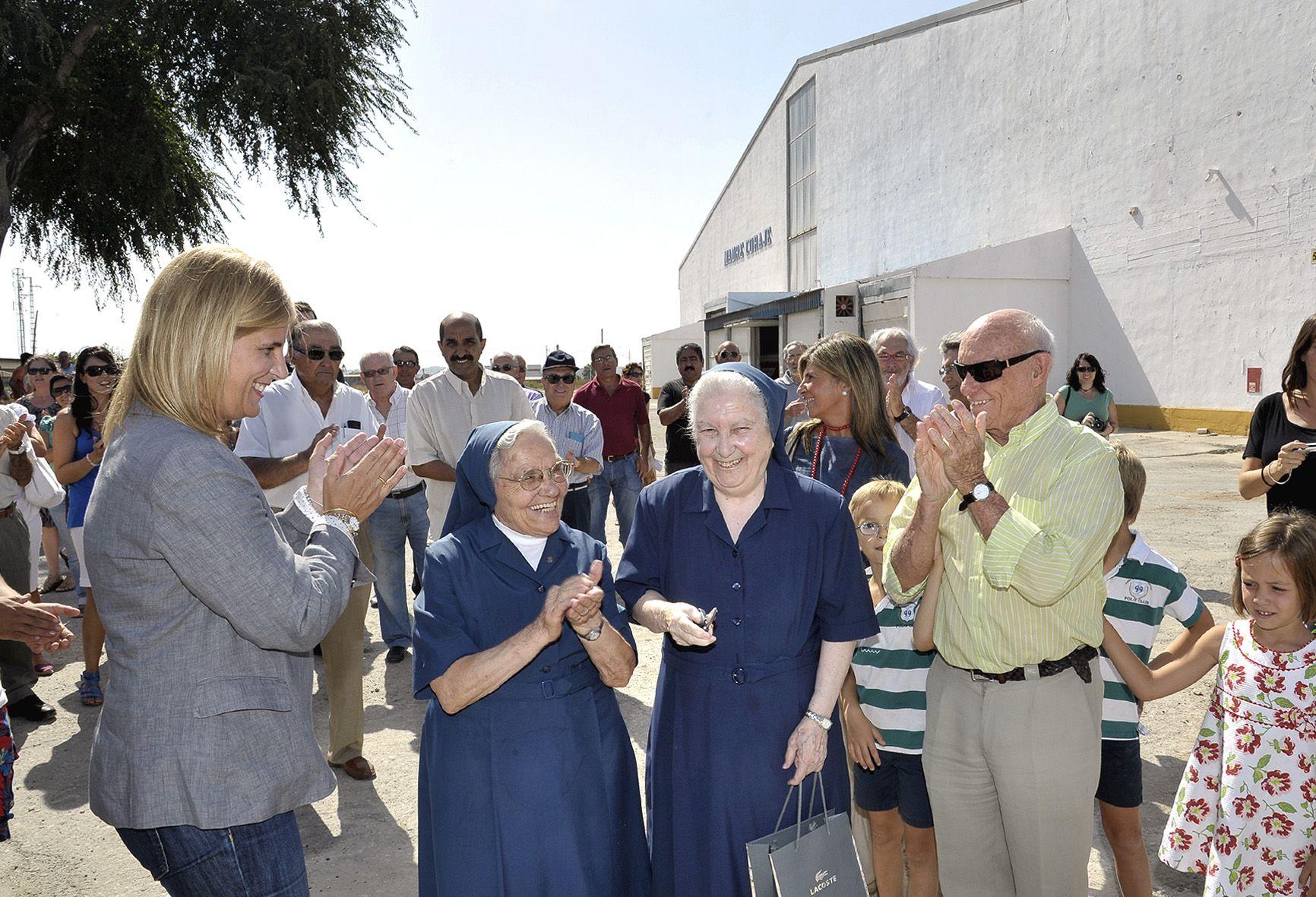 Imagen de la Inauguración de la ONG Madre Coraje de sus huertos solidarios en las inmediaciones de sus nuevas instalaciones en la antigua azucarera de Guadalcacín. Asistió la entonces alcaldesa García-Pelayo. | Septiembre 2012