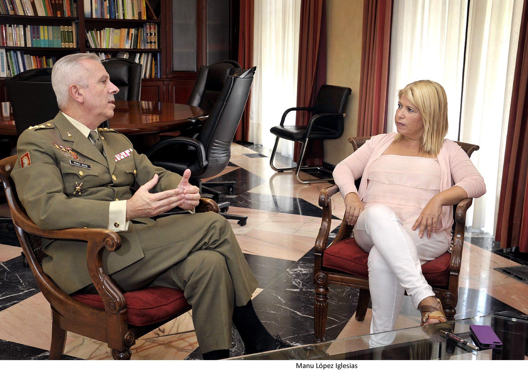 Alcaldesa recibe coronel residencia militar
