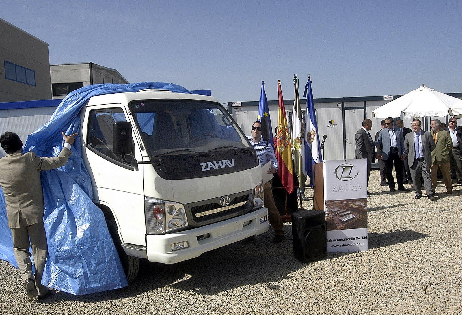 Los concejales JP Crisol y Fco Lebrero, del PSOE, en la presentación del camión de carga  ligera ZAHAV