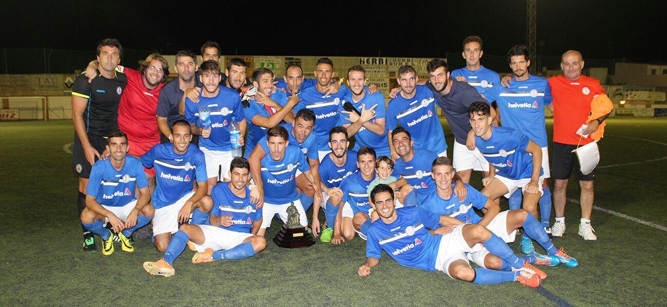 La plantilla del Xerez Deportivo FC celebrando el trofeo a pie de cesped. Xerezdeportivofc