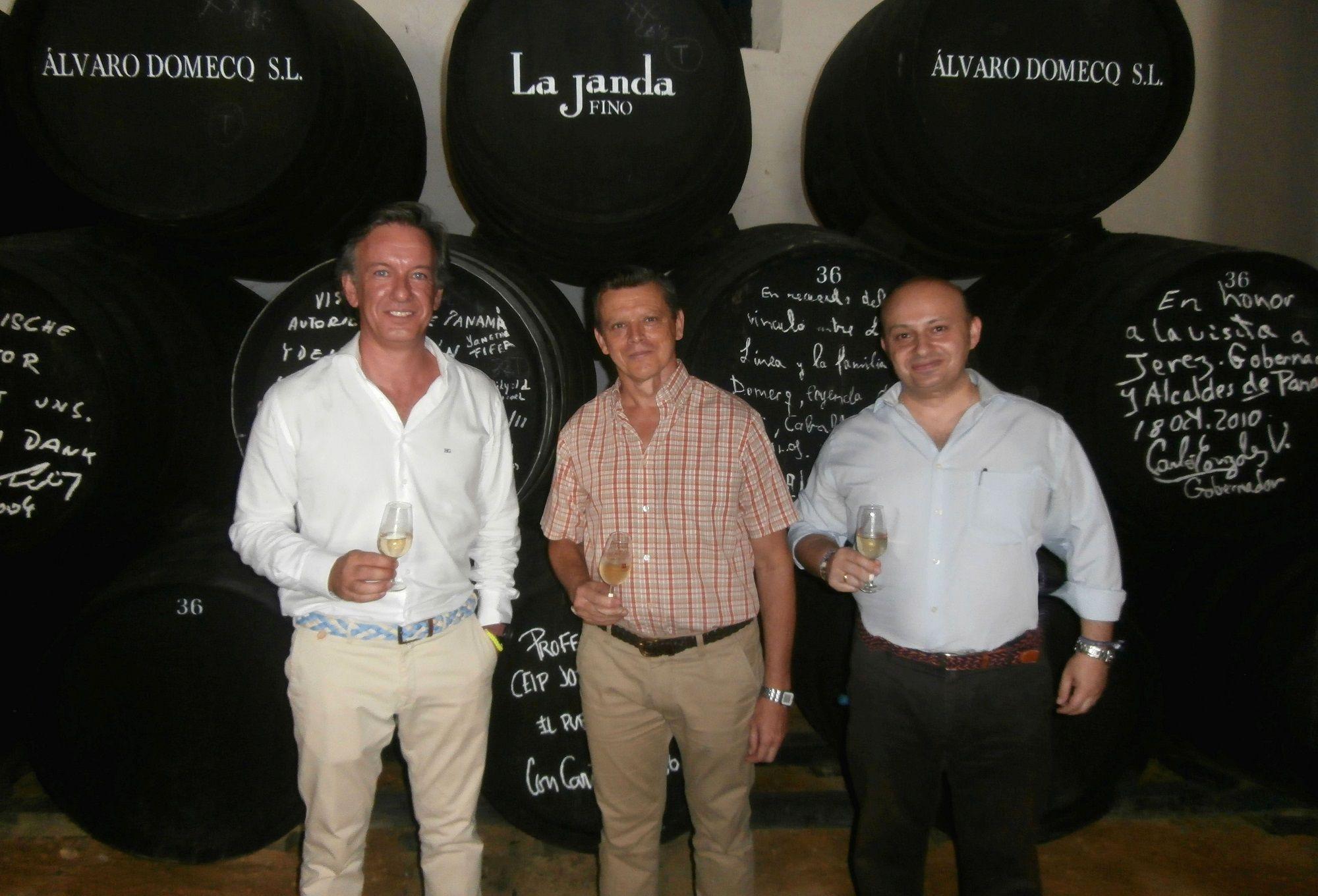 En la fotografía, de izquierda a derecha: José Manuel Anelo –gerente de Bodegas Álvaro Domecq‐, Francisco Antonio García Romero y Marco A. Velo, coordinador de la programación cultural Cultusema.