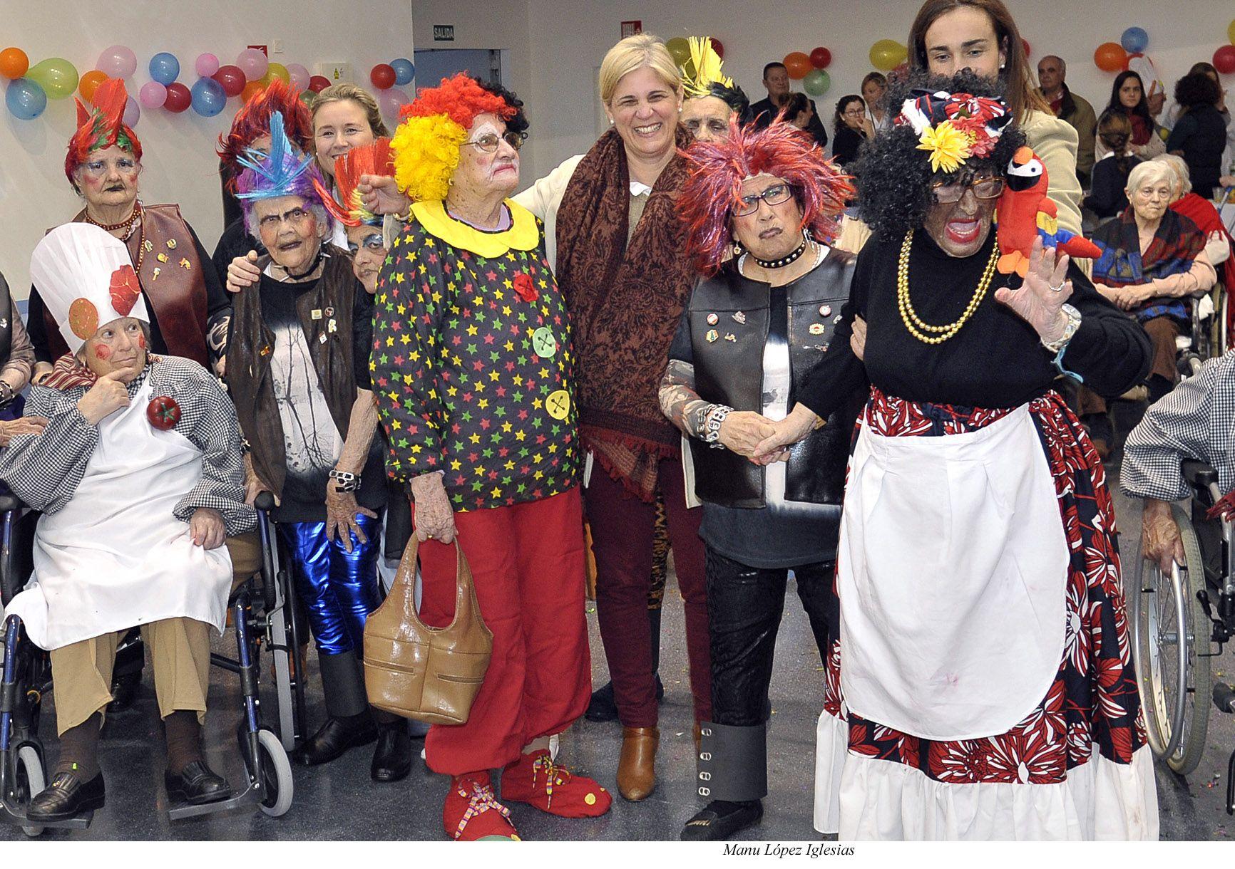 María José García-Pelayo, en una de sus visitas al Asilo San José, en esta ocasión no quiso perderse su fiesta de carnaval | 27 Febrero 2015