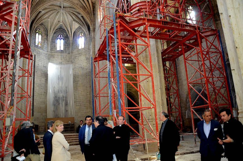 La alcaldesa, María José García-Pelayo, y el obispo de la Diócesis, José Mazuelos, visitando la iglesia de Santiago | 31 Mayo 2013