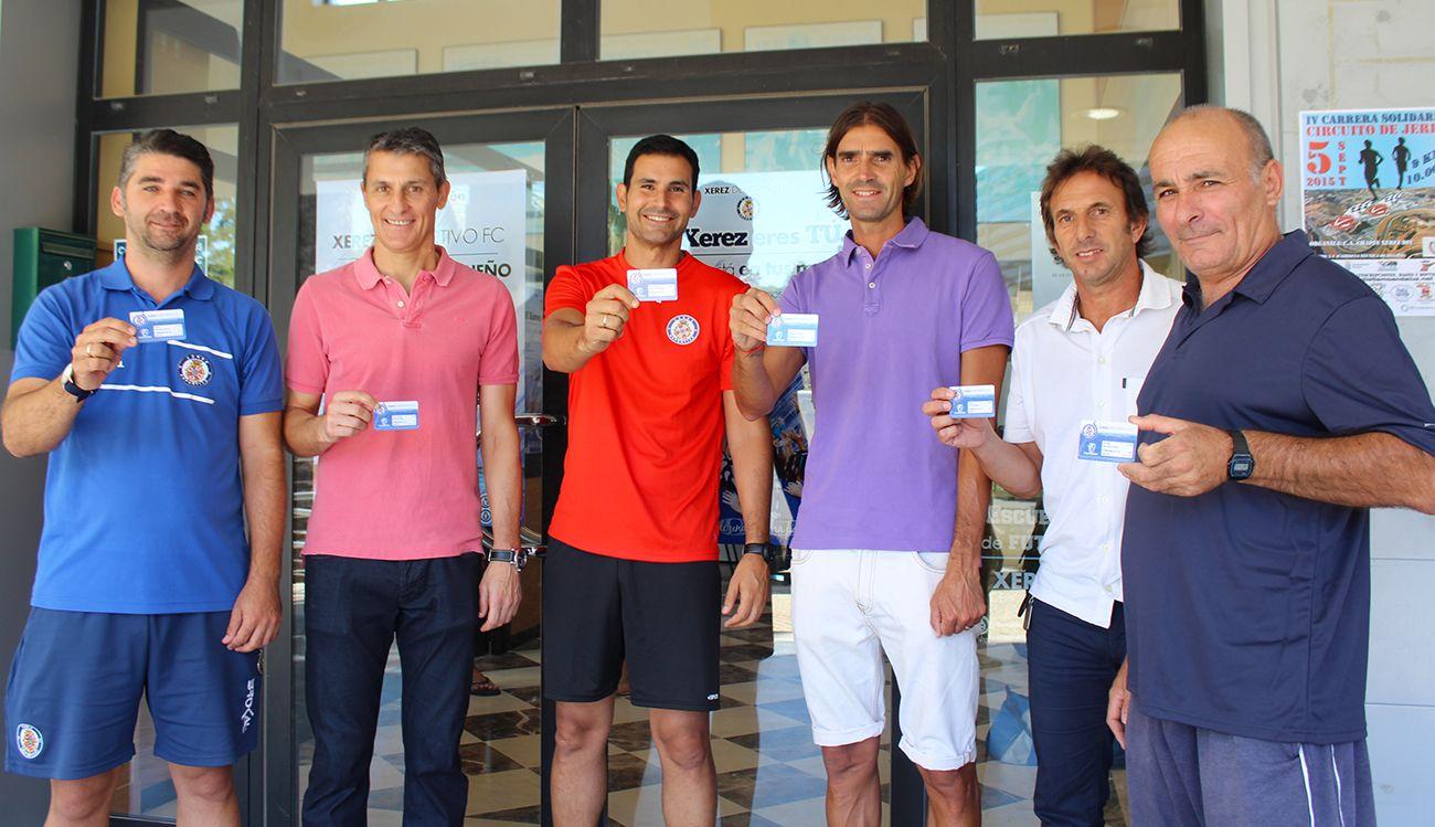Los técnico del primer equipo ya tienen su carné de socio. Xerezdeportivofc