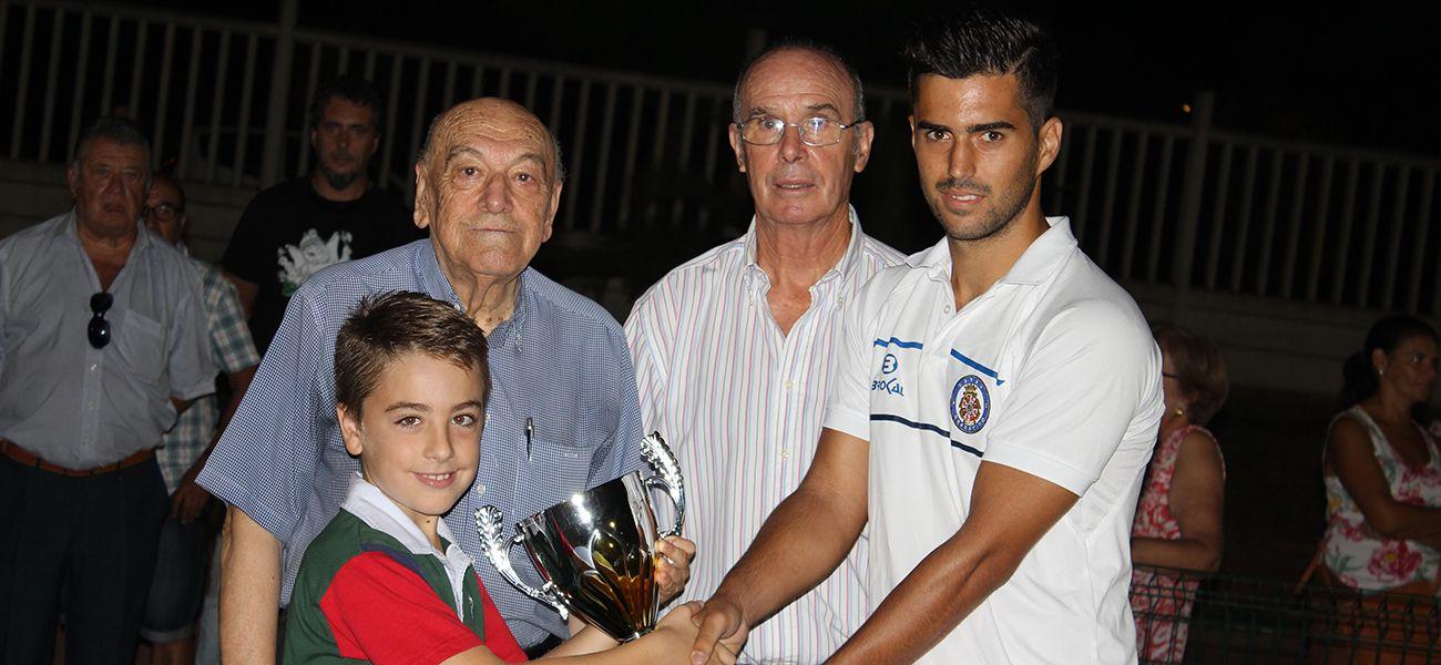 Borja Villegas recibiendo el trofeo