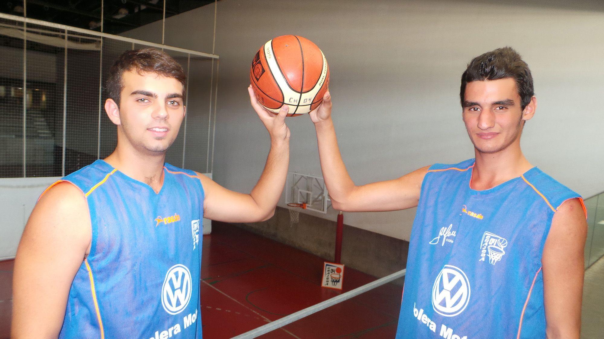 Miguel Enríquez y Jaime Diánez posando en el Palacio de Deportes de Chapín