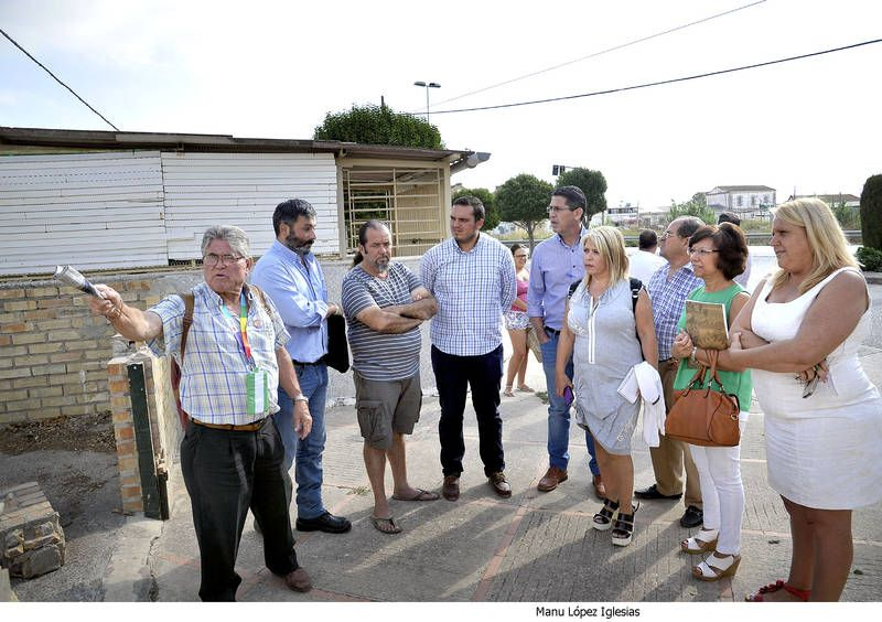 Mamen Sánchez en su visita a El Portal junto a asociaciones y colectivos de vecinos. Manu López Iglesias