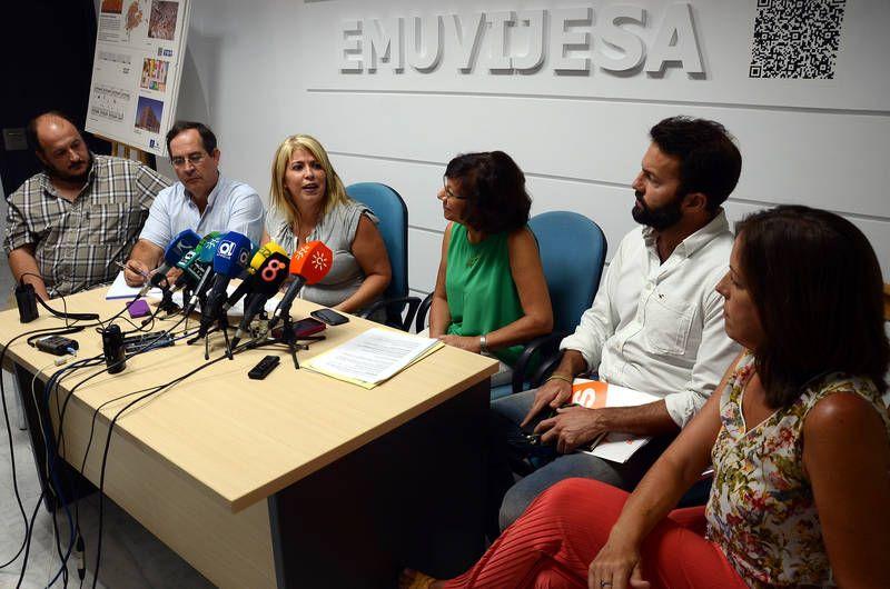 Mamen Sánchez en la rueda de prensa junto a miembros de IU Jerez e C's Jerez.