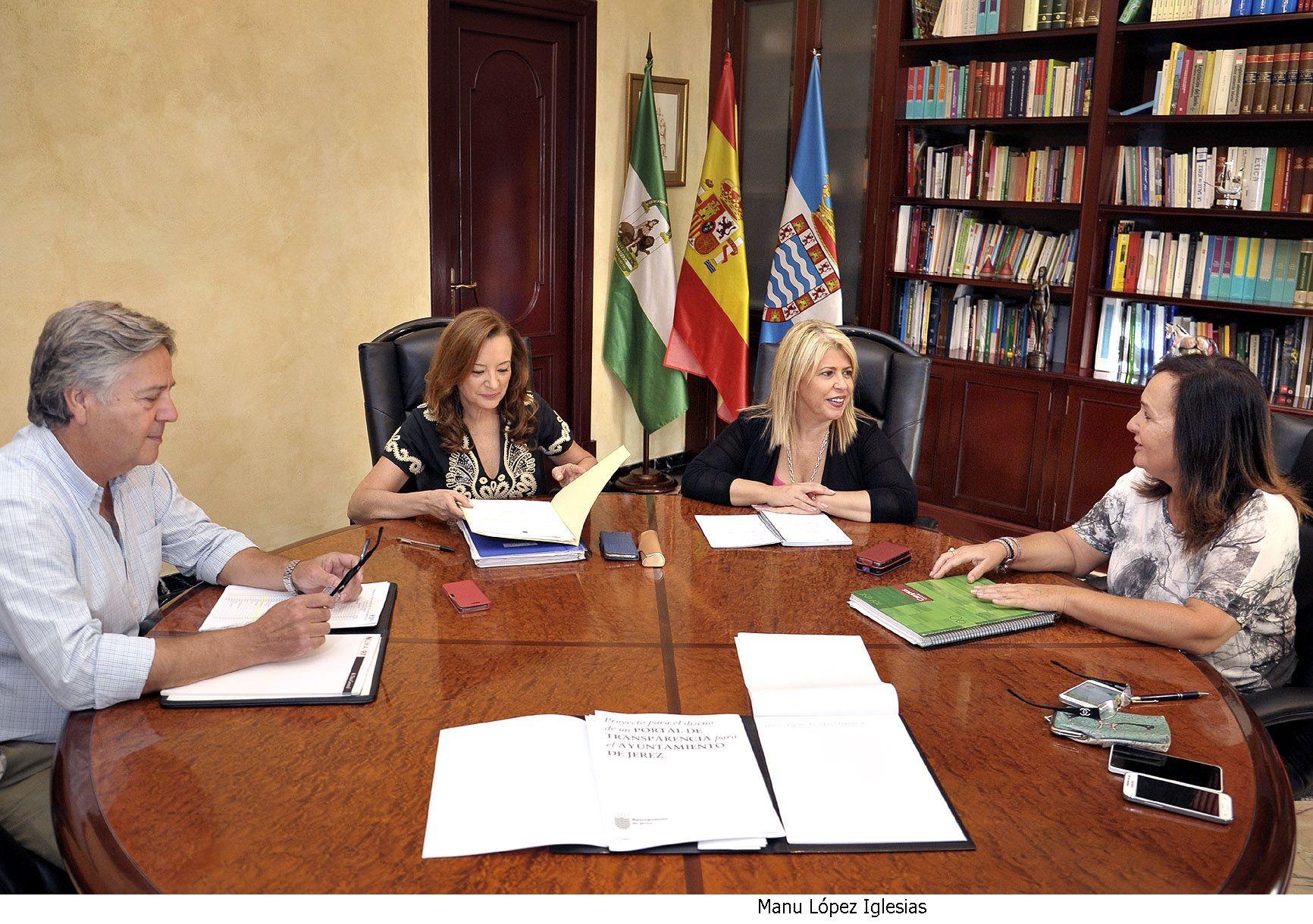 Alcaldesa en reunion Portal de Transparencia