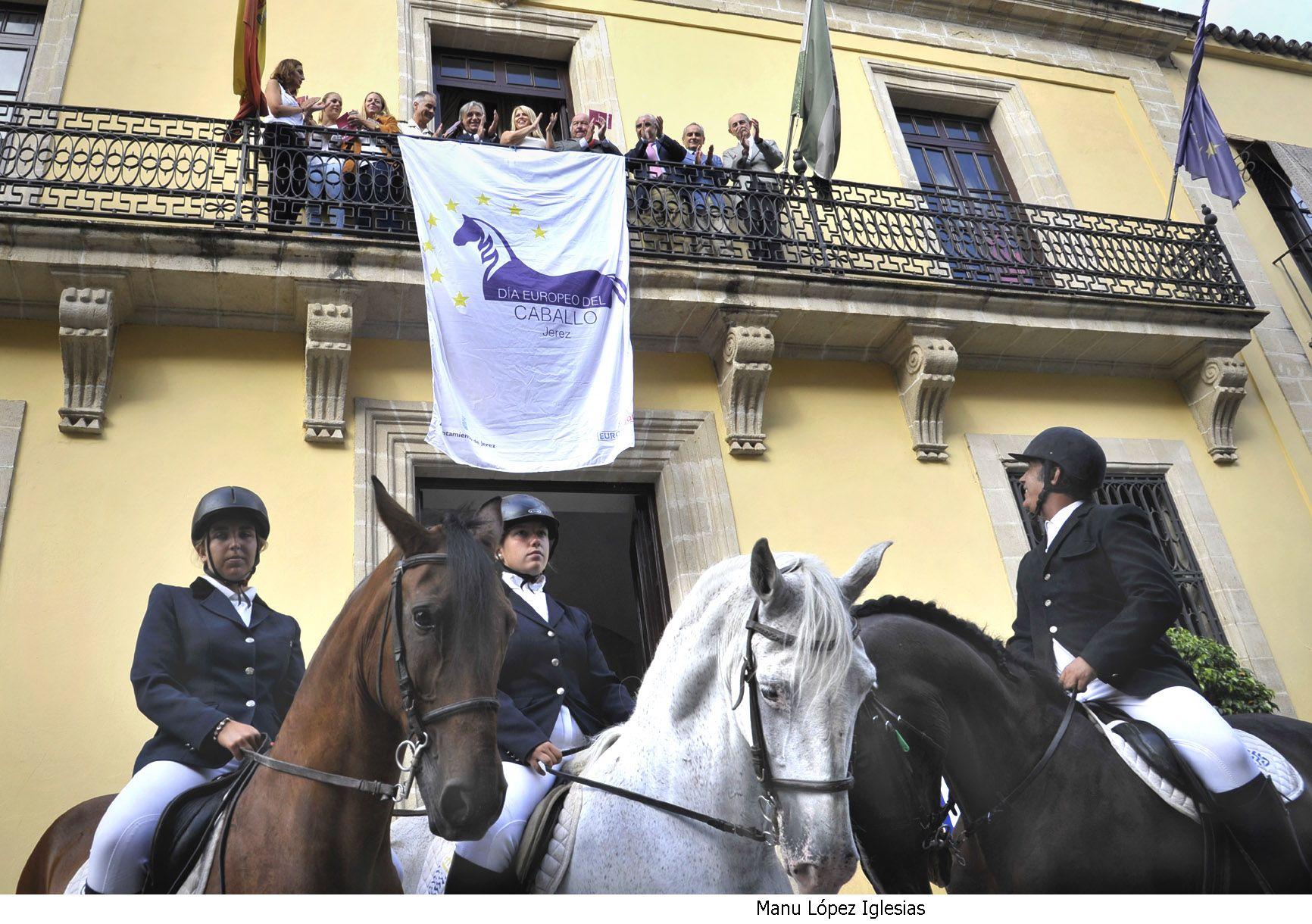 Alcaldesa asiste colocacion bandera Dia Europeo del Caballo _ 01