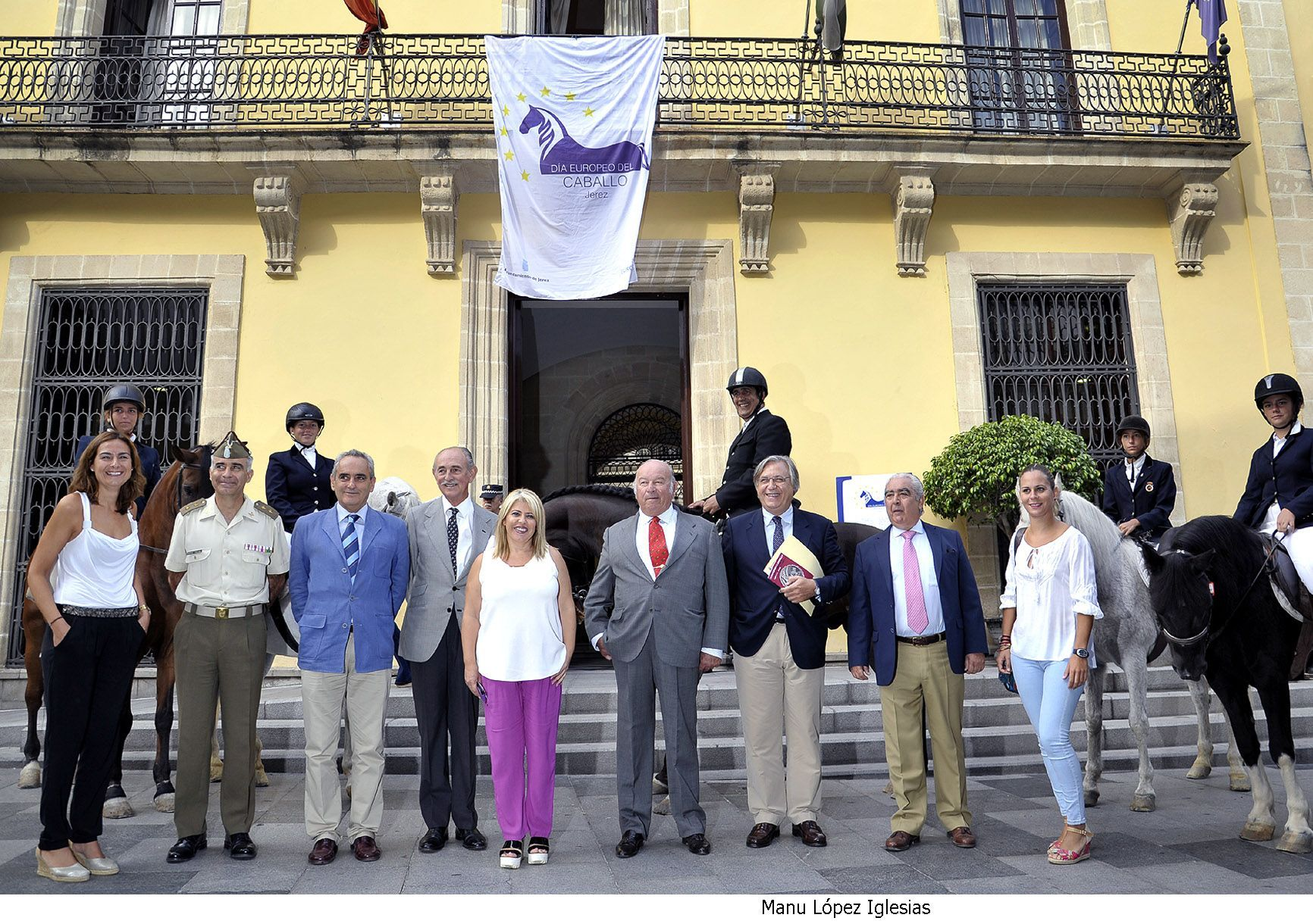 Alcaldesa asiste colocacion bandera Dia Europeo del Caballo _ 02