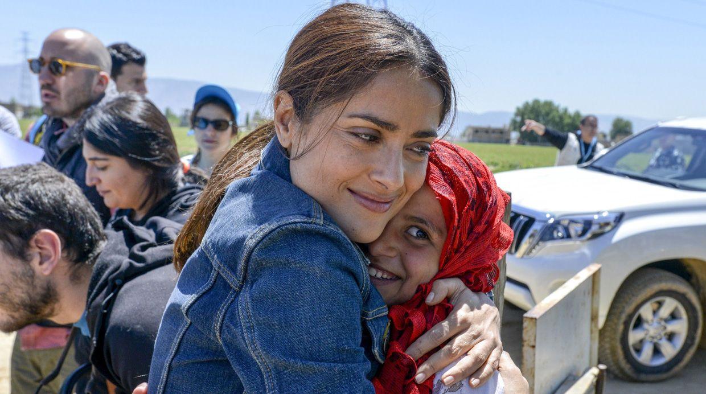 Salma Hayek abraza a una refugiada Siria durante su visita con UNICEF a un campamento improvisadoen el valle de Bekaa, 25 Abril 2015. REUTERS/Sebastian