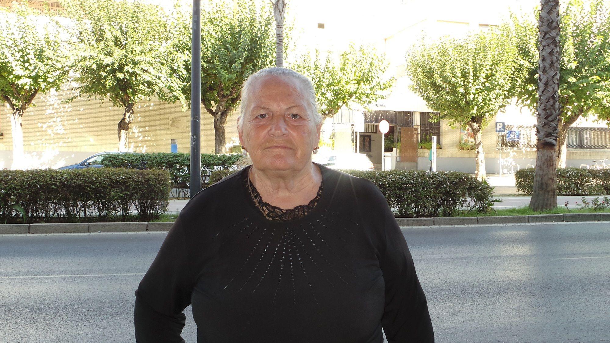 Antonia Castro frente a la Iglesia de Capuchinos