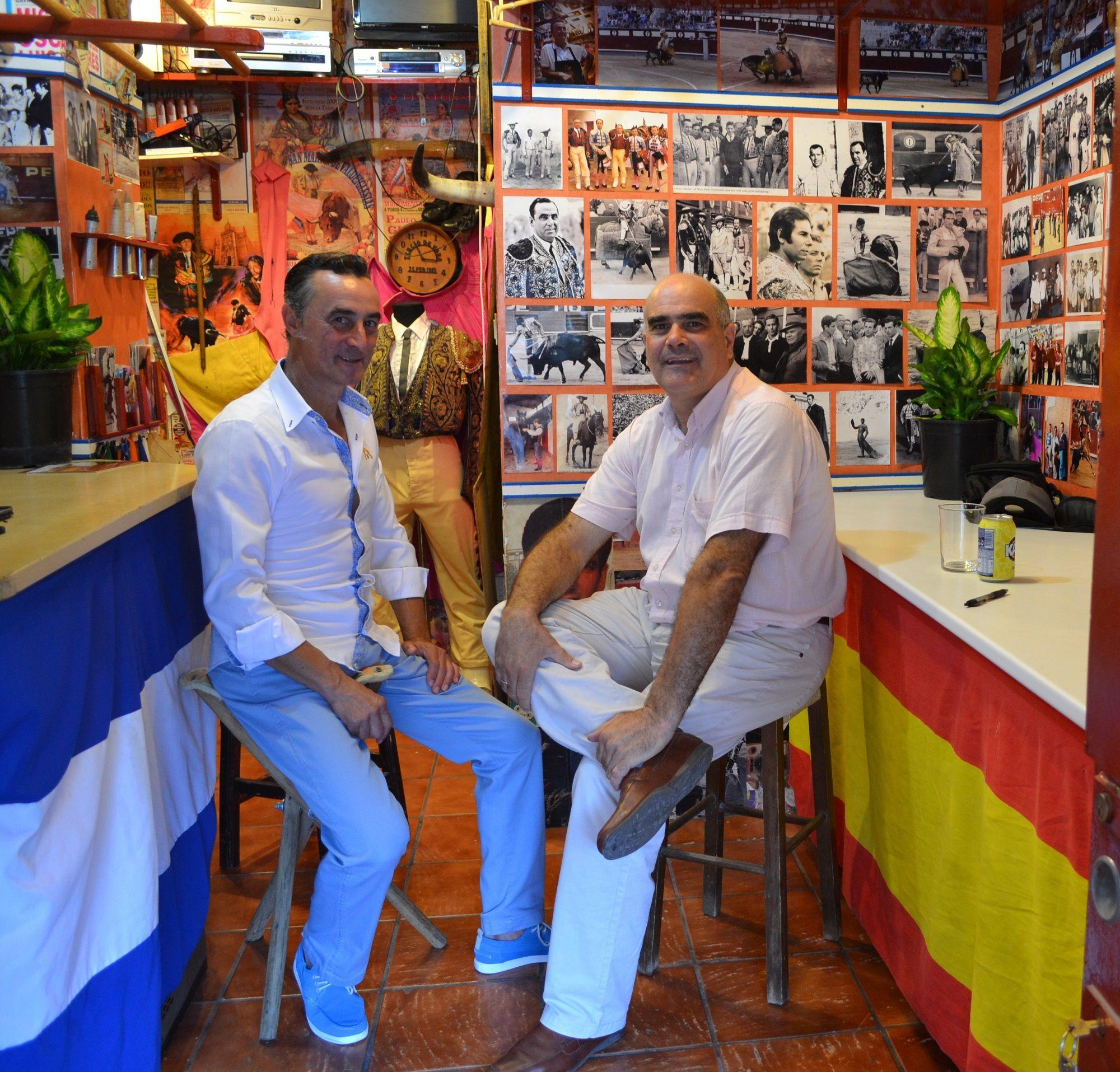 Juan Gil junto a Marciano Breña, responsable de la sección taurina en Grupo MIRA.