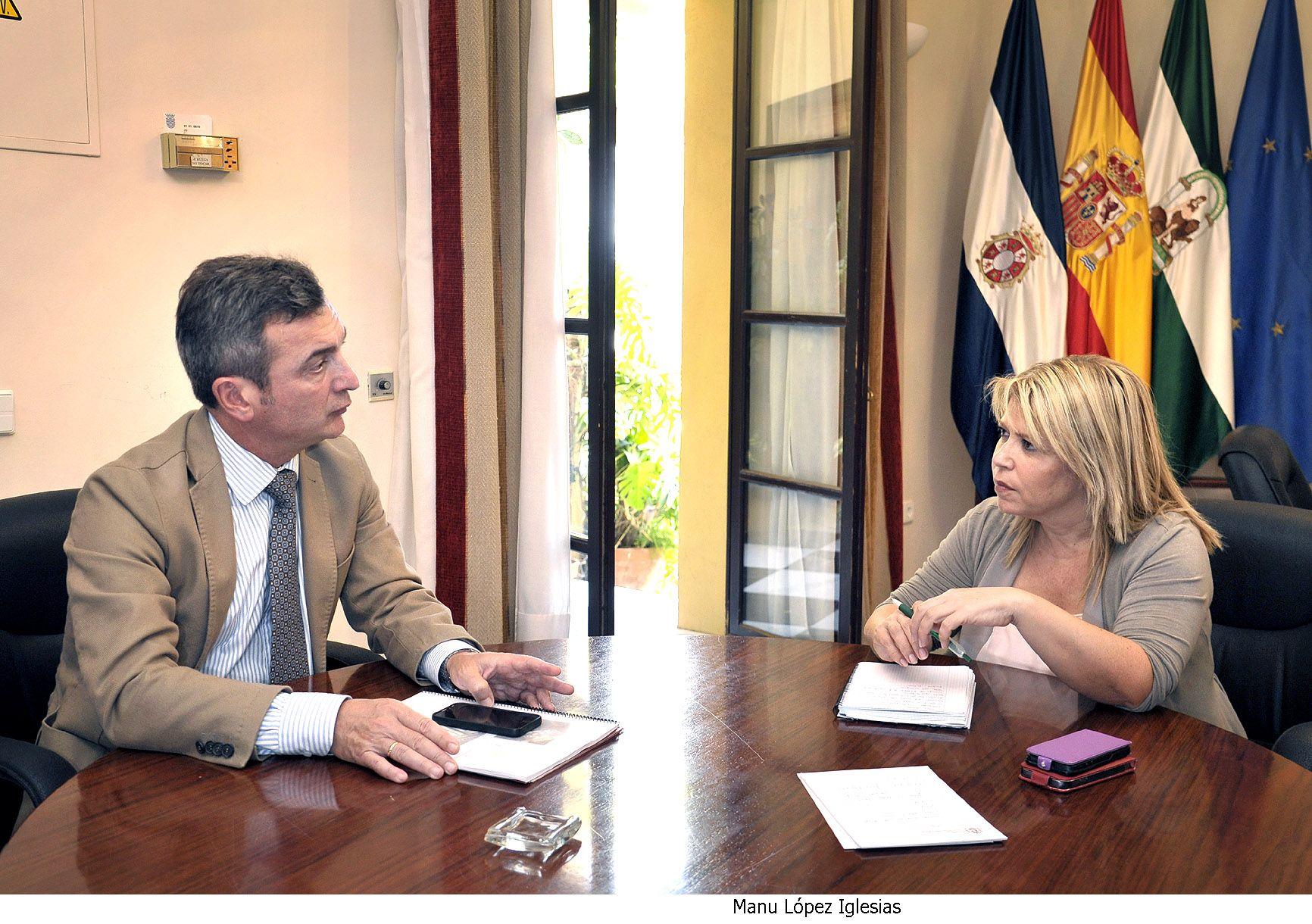 La alcaldesa dialogando con el rector de la UCA en el Ayuntamiento de Jerez.