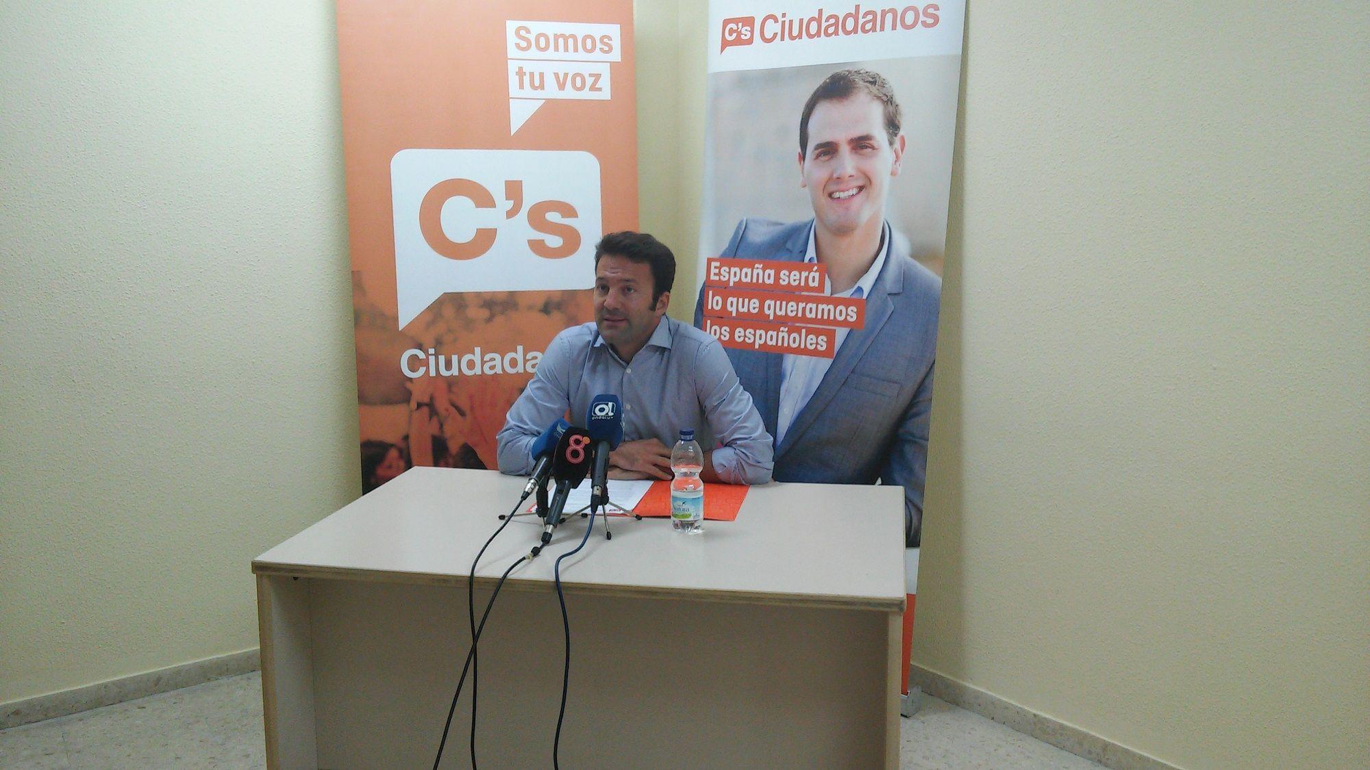 El concejal del Ayuntamiento de Jerez por Ciudadanos, Carlos Pérez, ofreciendo una rueda de prensa. CsJerez