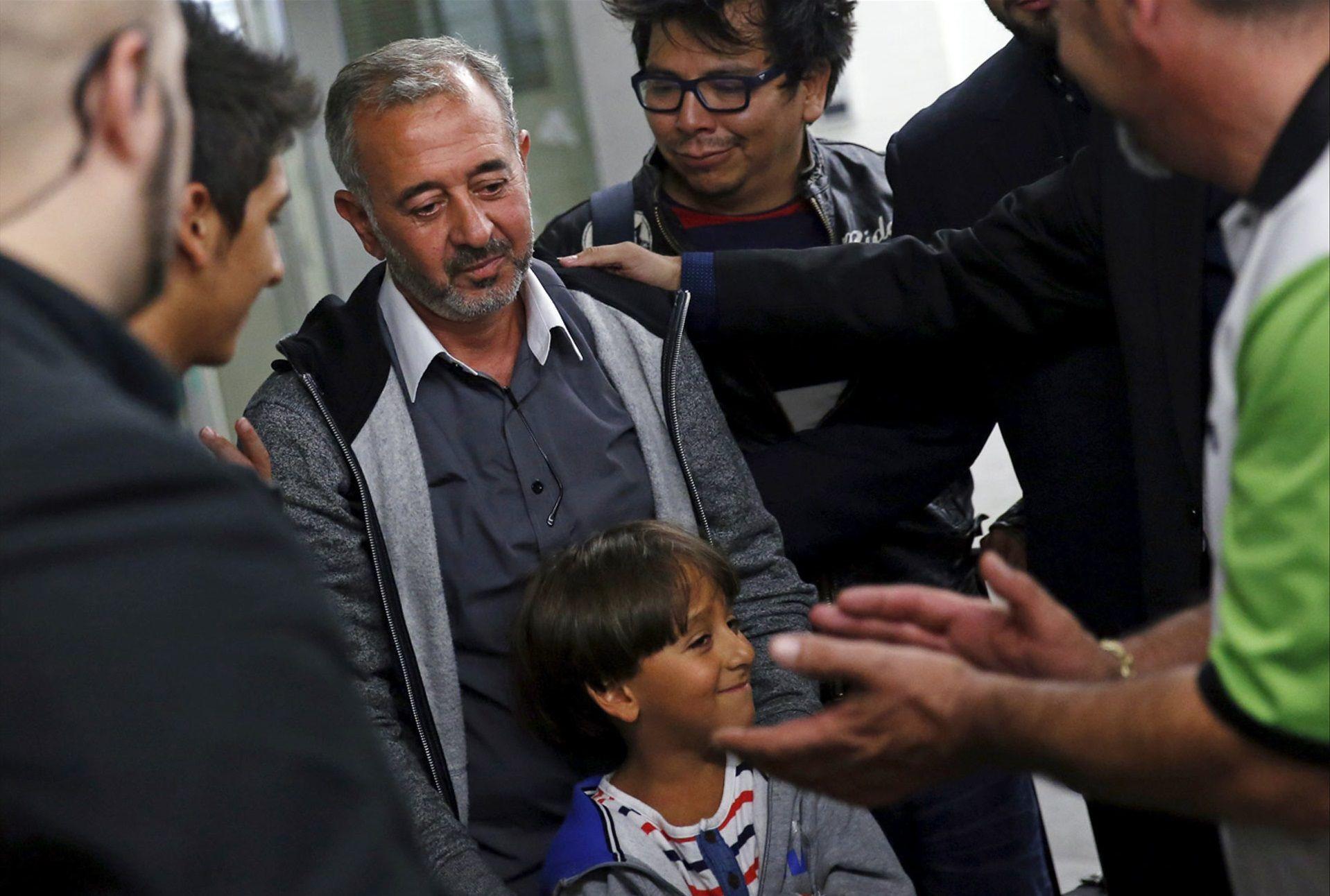 Osama Abdul Mohsen con uno de sus hijos