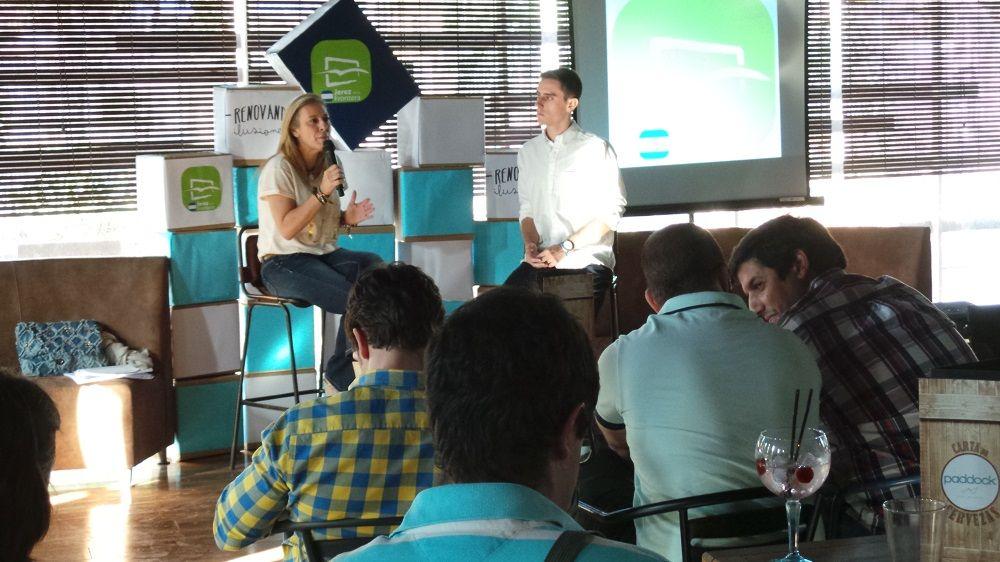 Carolina España junto a Jaime Espinar interviniendo en el Primer ciclo de Encuentros Jóvenes Renovando Ilusiones. MIRA Jerez
