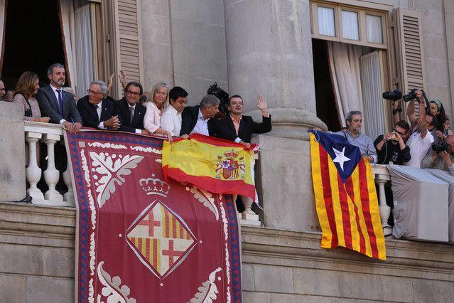 Imagen del incidente en el balcón del Ayuntamiento de Barcelona.