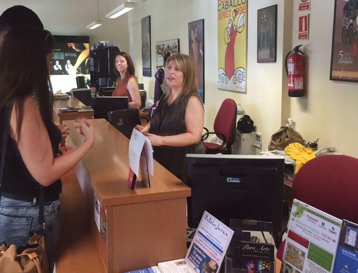 Mamen Sánchez atendiendo a los turistas en la Oficina Municipal de Turismo