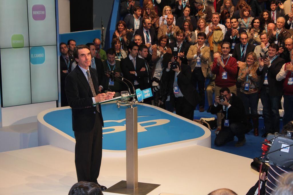 José Mª Aznar en el atril del PP.
