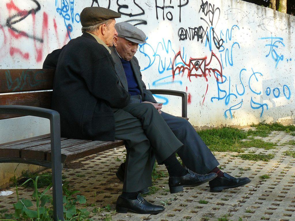 Ancianos en un parque.