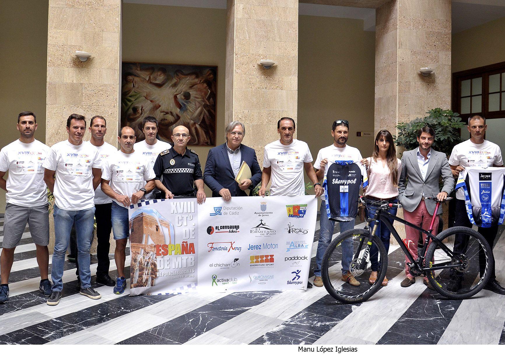 Francisco Camas presidiendo el equipo Sherrypol Mountain Bike en el Ayuntamiento de Jerez. @CiudadJerez