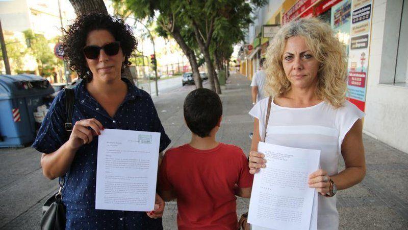 Dos de las afectadas enseñando la carta remitida a la Junta de Andalucía.