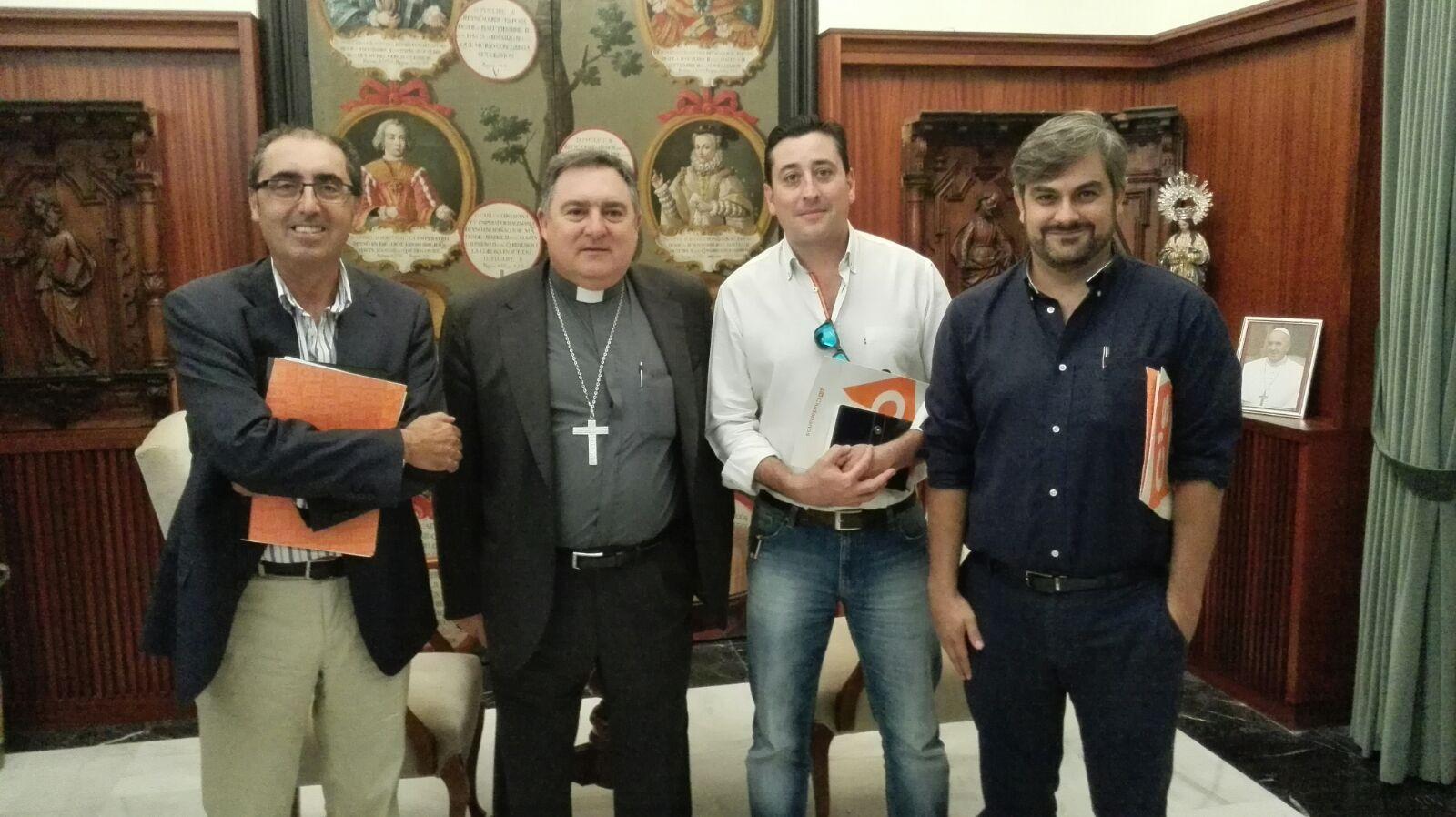 Miembros de Ciudadanos Jerez junto al obispo Monseñor José Mazuelos.