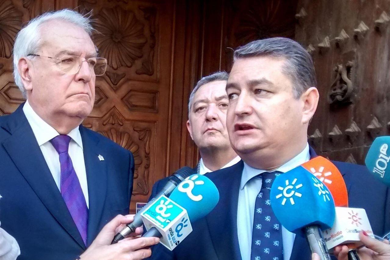 El delegado del Gobierno en Andalucía, Antonio Sanz, respondiendo a los medios de comunicación