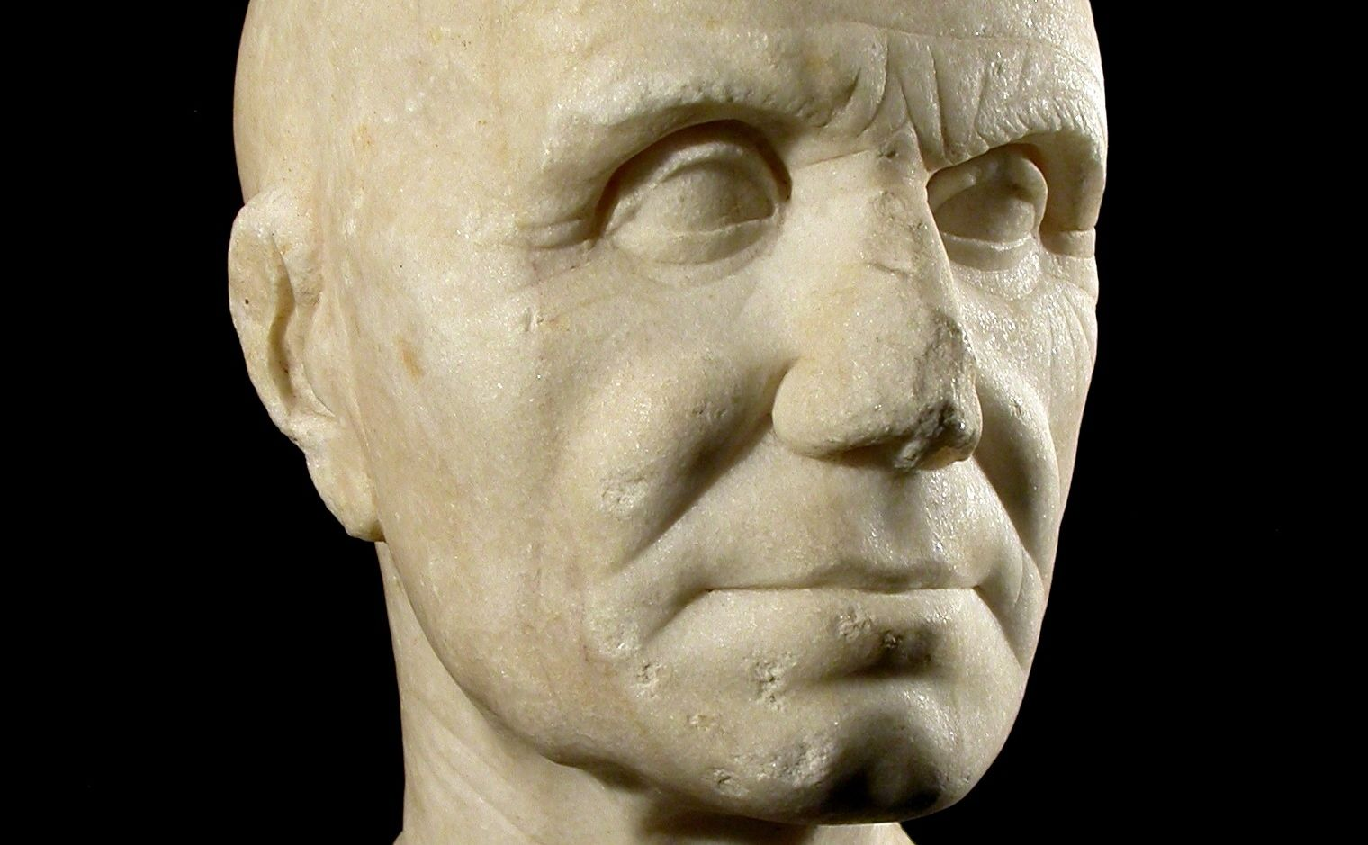La pieza de mármol de la época romana (inicios de época de Augusto) hallada en la antigua ciudad de Asta Regia estaba situada a 11 kilómetros al noroeste de Jerez.