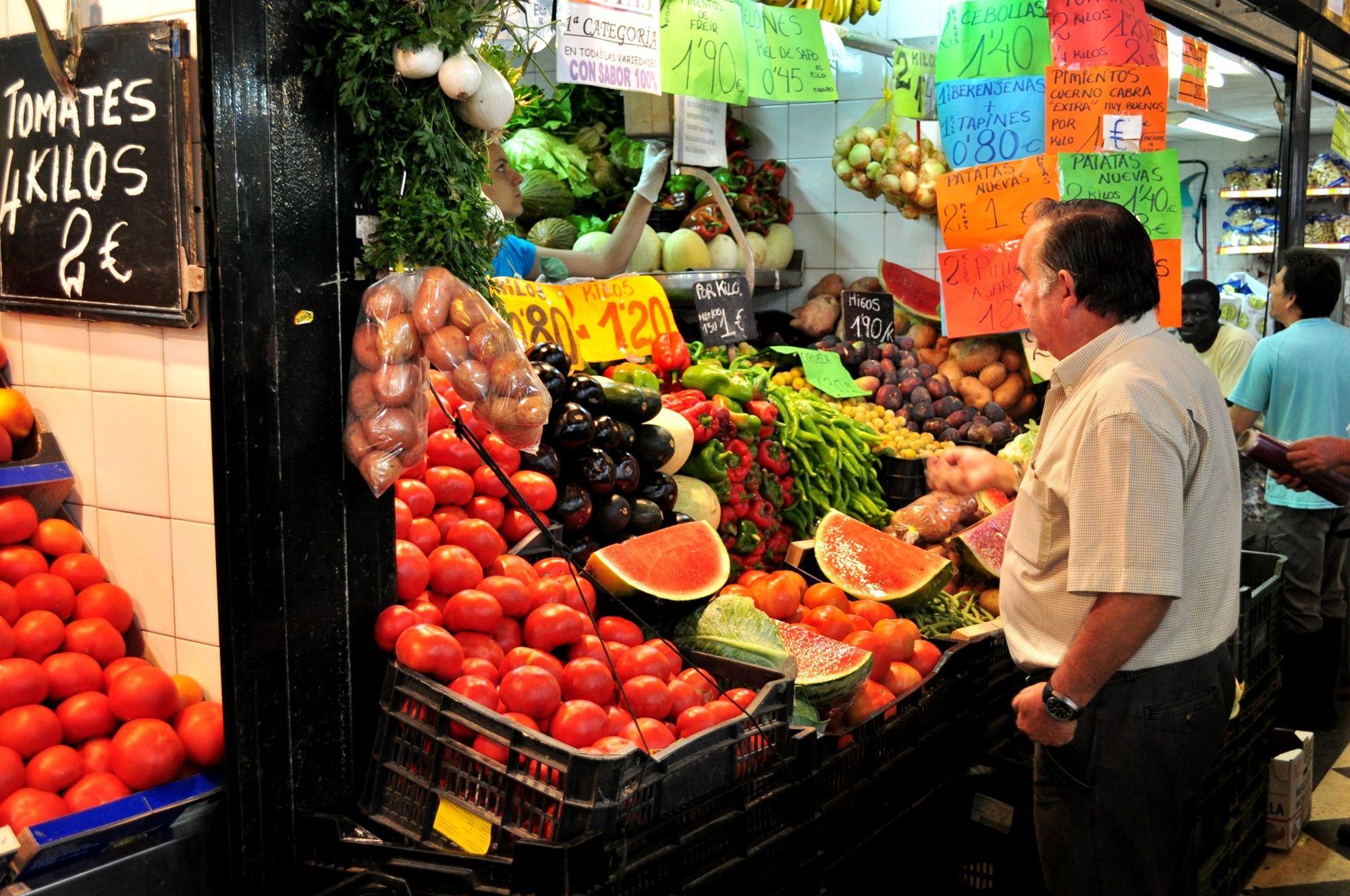 Imagen de una frutería en el mercado central de Jerez.
