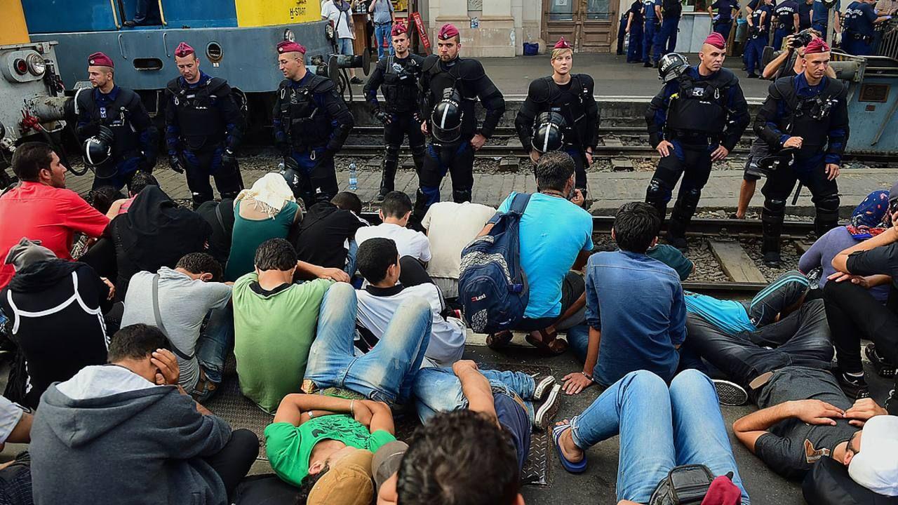 Imagen de refugiados en Puerta de Brandenburgo, Berlín | 1 Septiembre de 2015. AFP PHOTO  / ATTILA KISBENEDEK