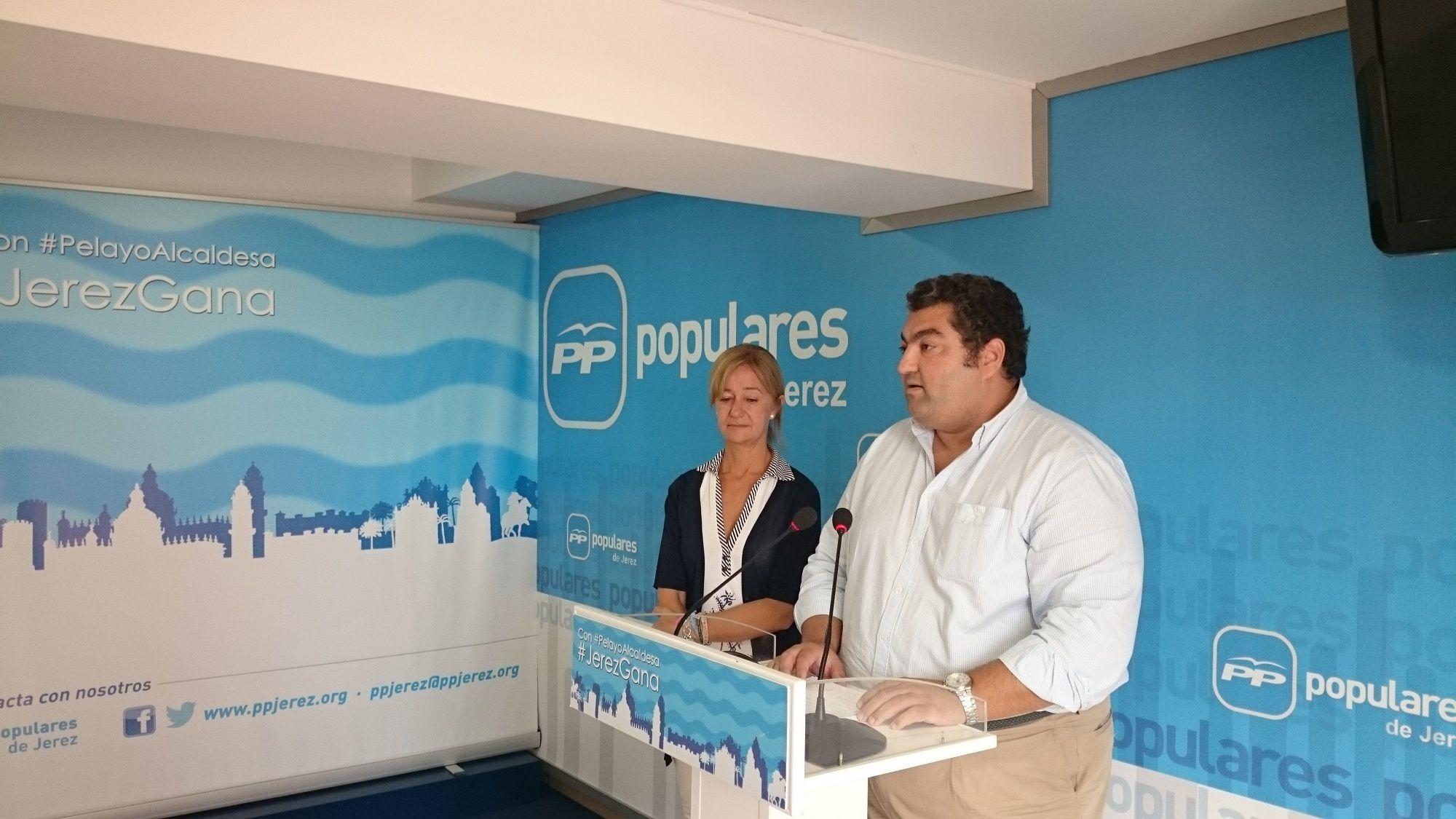 Carmen Pina y Antonio Montero en la sede del PP de Jerez