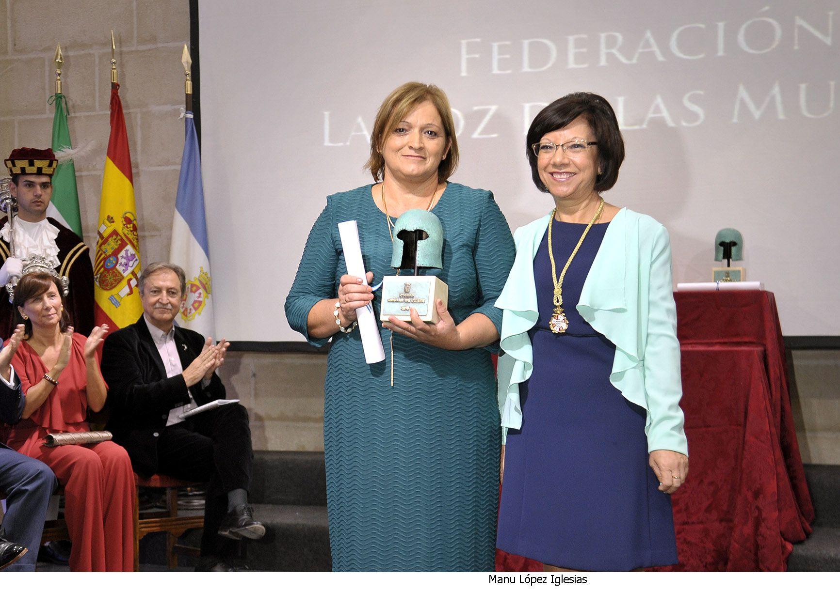 Remedios Núñez recibe el galardón de manos de Carmen Collado