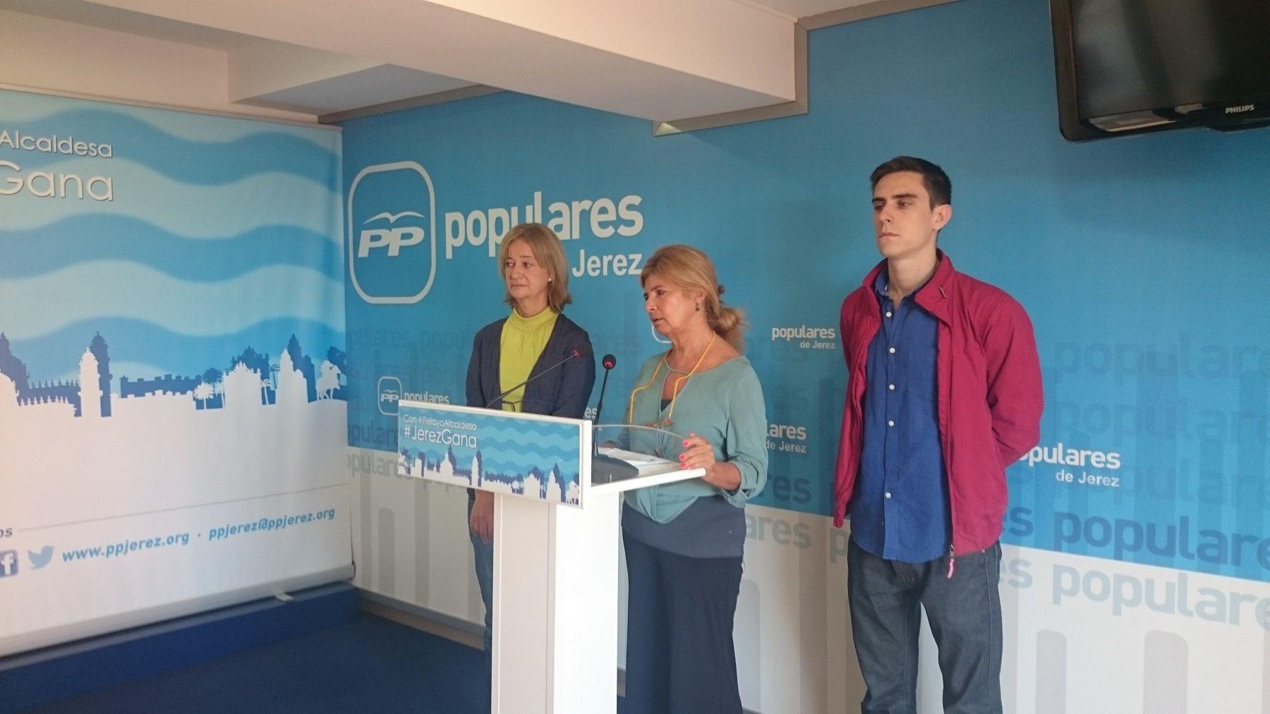 Isabel Paredes en el atril junto a Carmen Pina y Jaime Espinar.