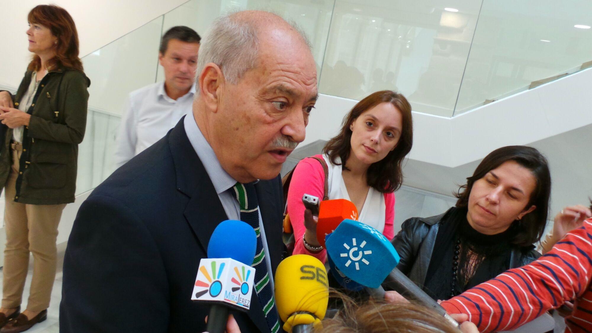 Jorge Ramos atendiendo a los medios de comunicación en la inauguración en Jerez del vivero de empresas del edificio Convento de San Agustín