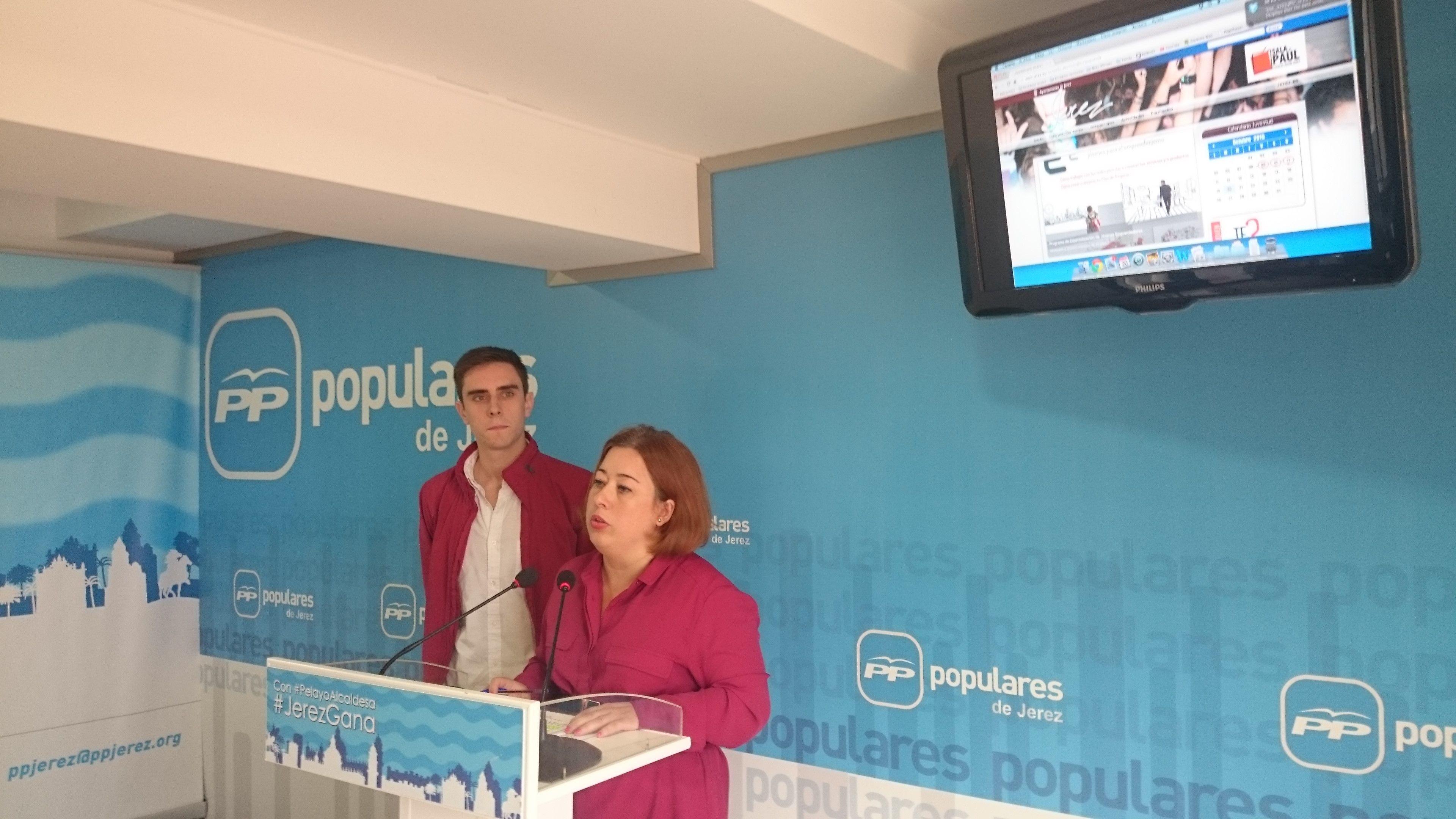 Lidia Menacho junto a Jaime Espinar en la sede del PP de Jerez.