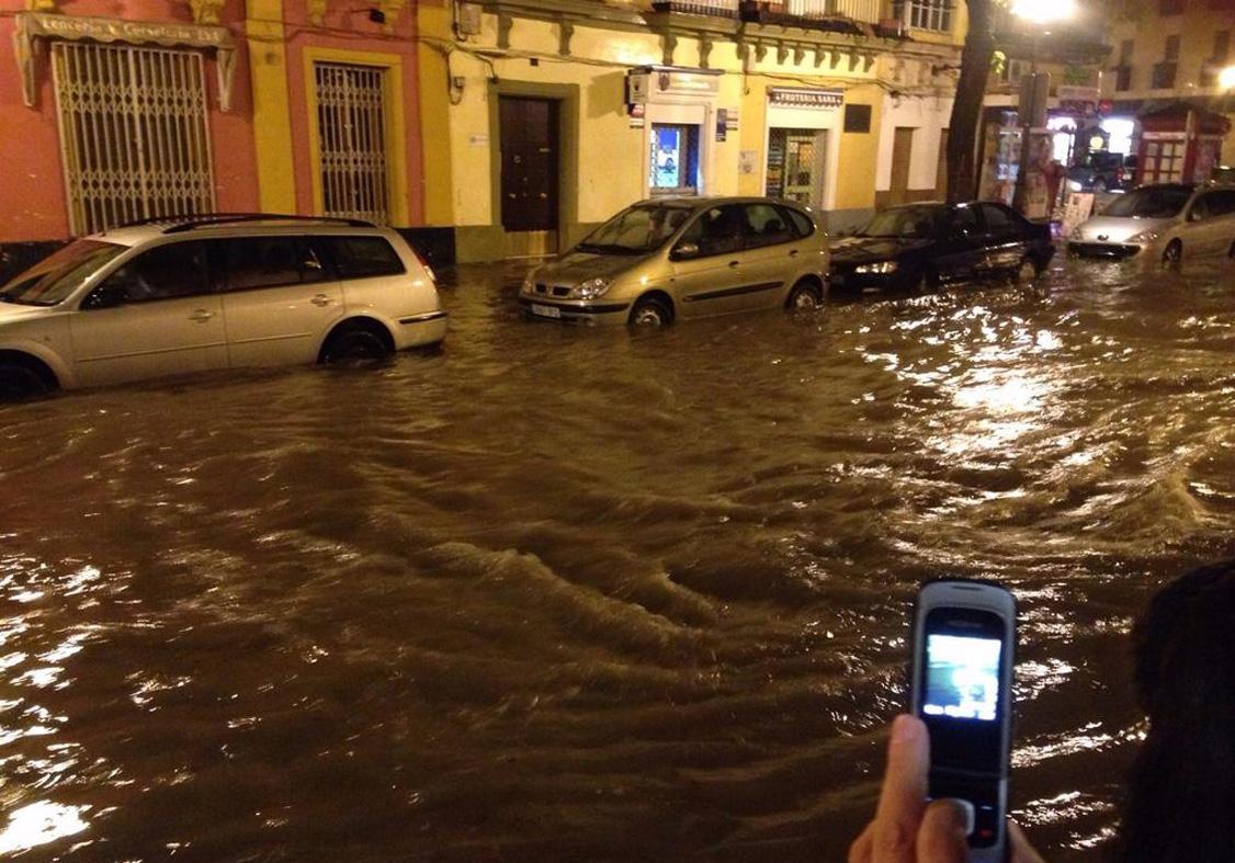 La calle Porvera, inundada en la noche de ayer. Imagen de @frank_secret