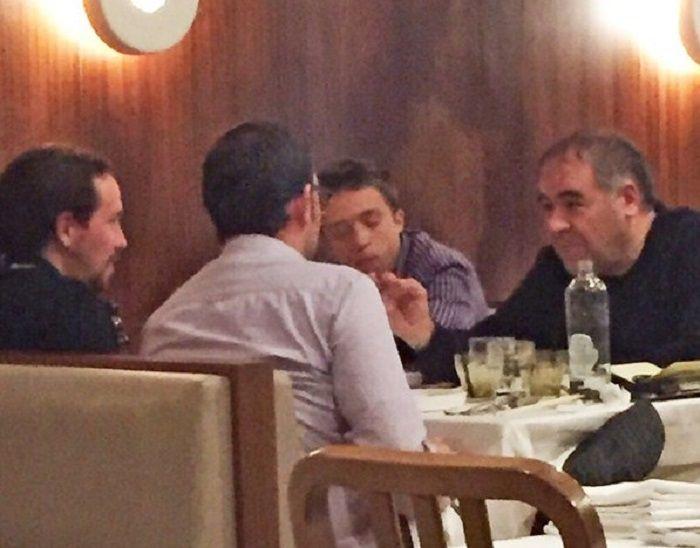 Pablo Iglesias e Íñigo Errejón junto a Antonio García Ferreras y César González Antón compartiendo mesa en un restaurante.