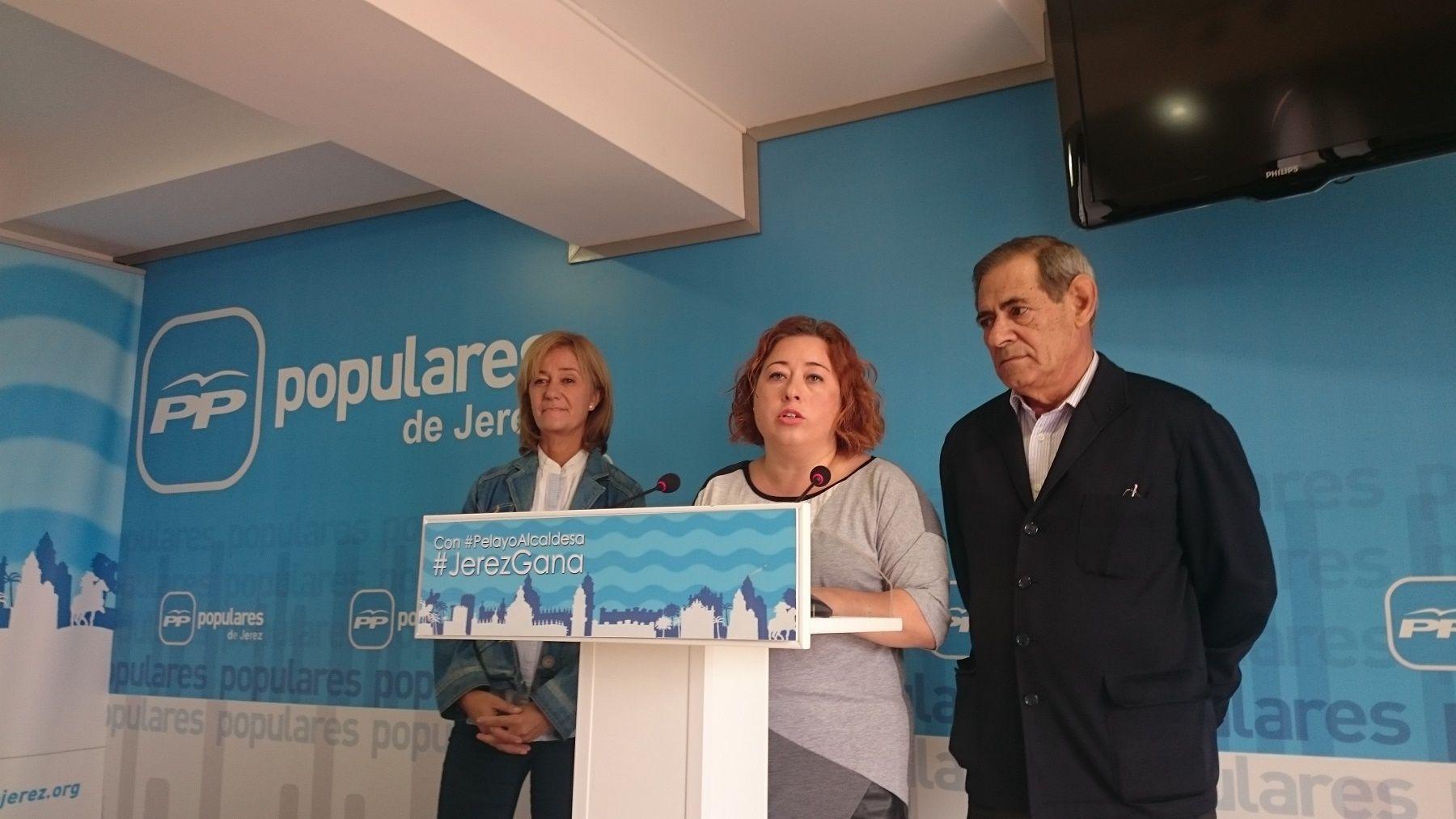 Lidia Menacho junto a Carmen Pina y Pepe Galvín en la sede del PP de Jerez-