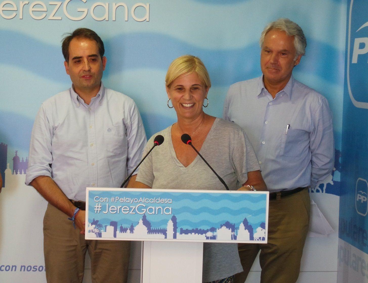 María José García-Pelayo junto a (izq) Antonio Saldaña y a Agustín Muñoz.
