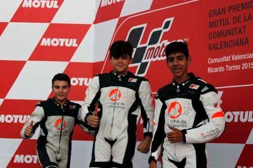 El joven piloto jerezano en lo más altp del podio.