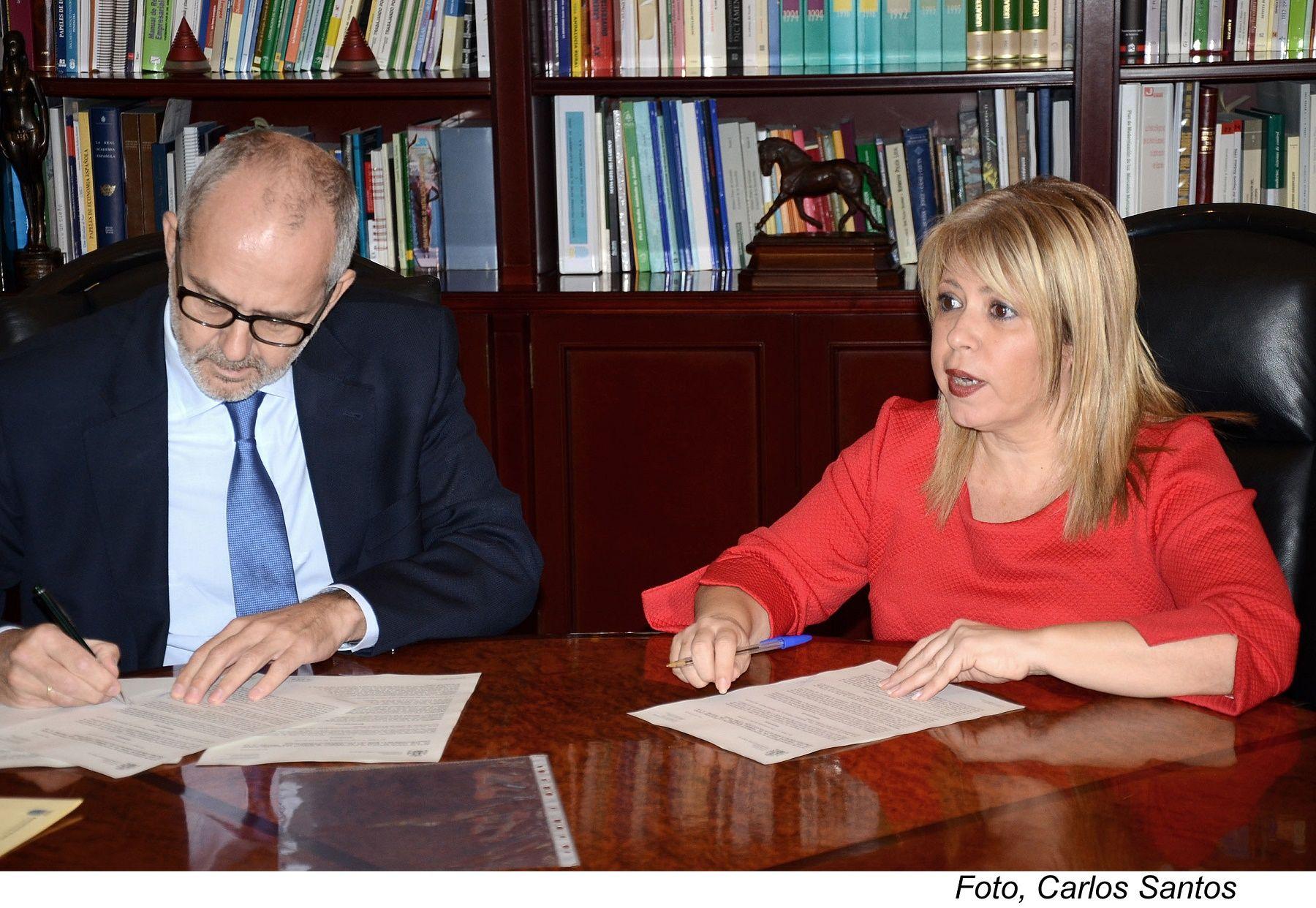 Mamen Sánchez y Miguel Gómez Martínez firman el acta por la que se formaliza la cesión de las dos parcelas.