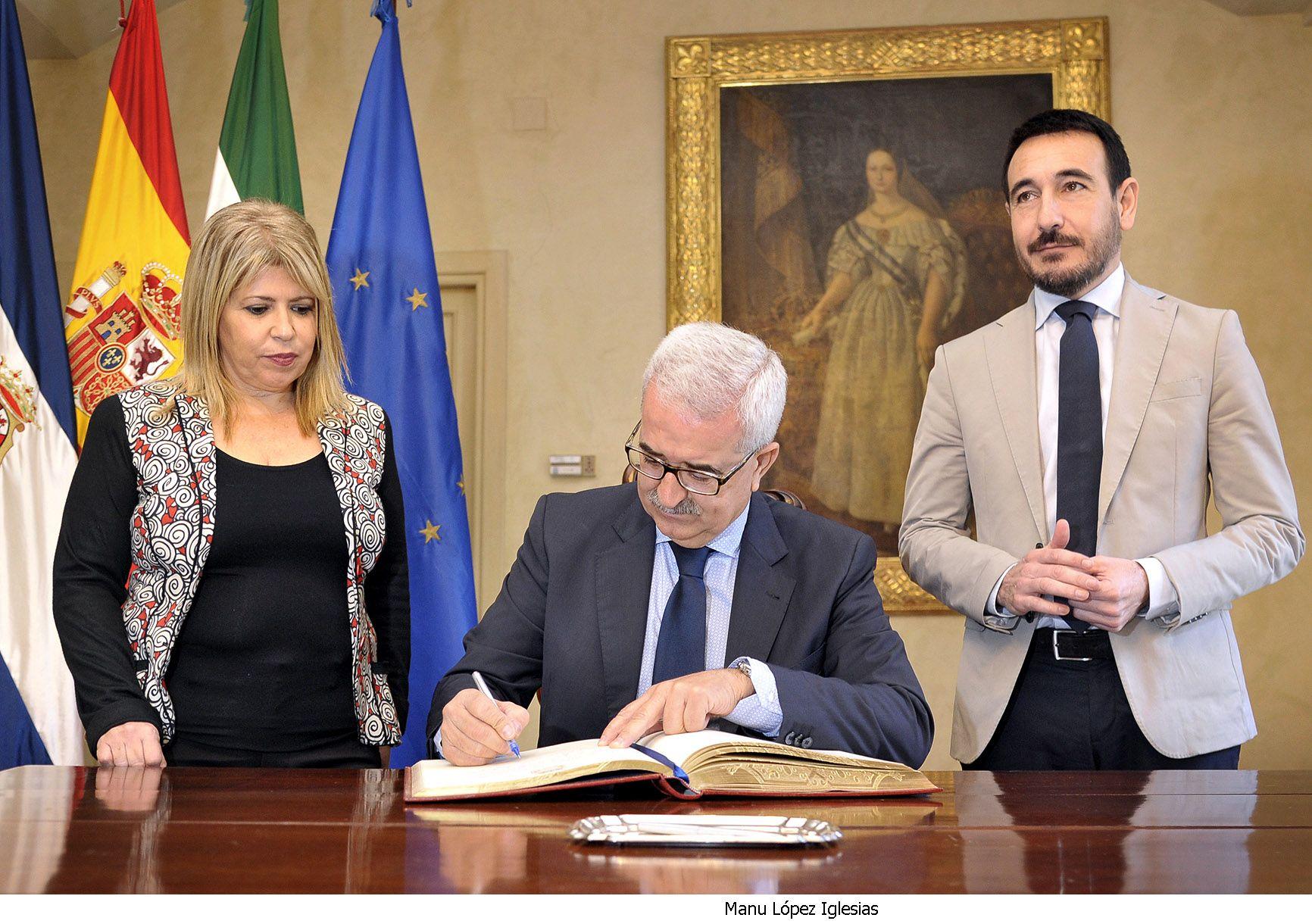 Alcaldesa recibe vicepresidente Junta de Andalucia _ 04