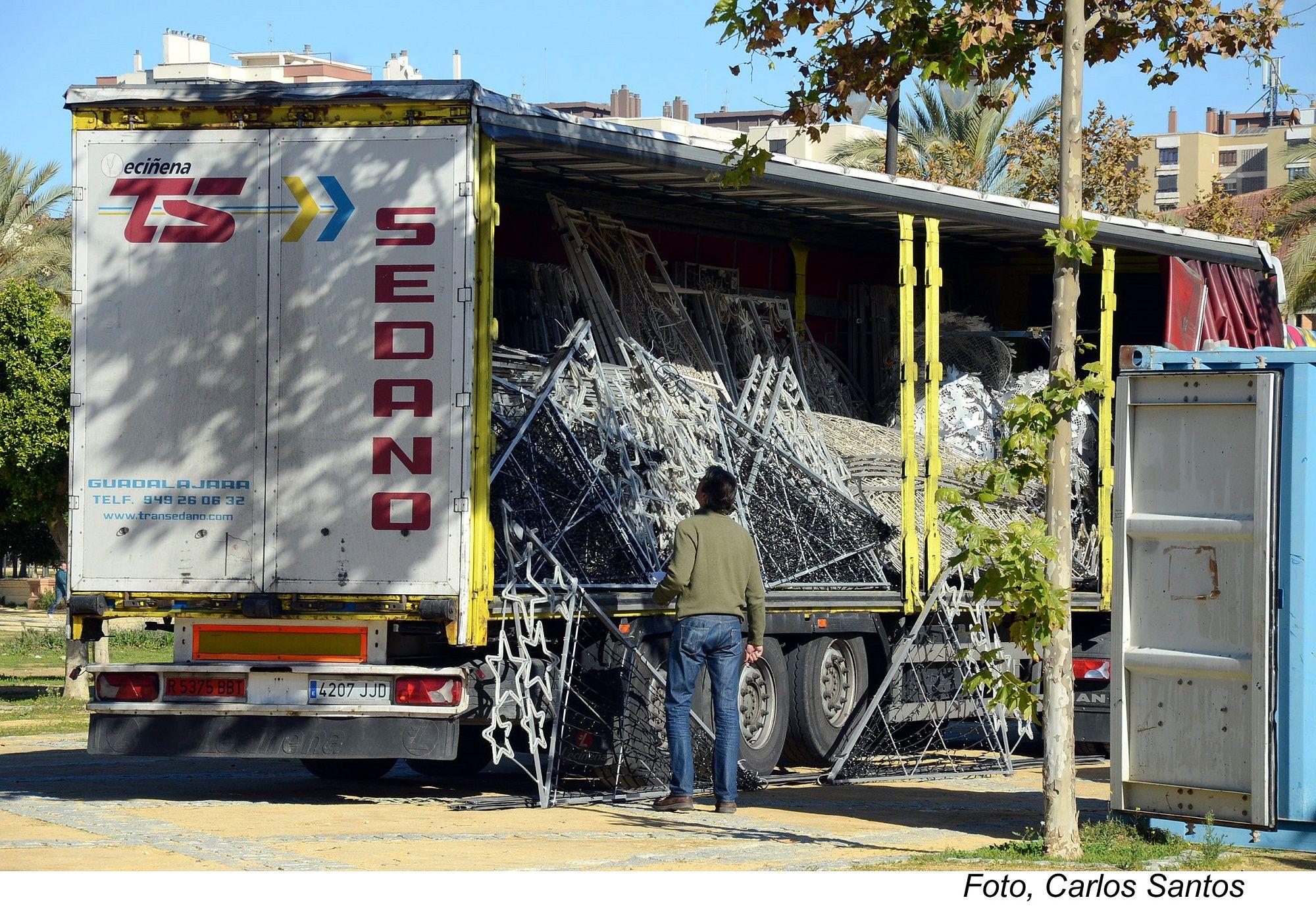 Camiones dispuestos a instalar el alumbrado navideño en Jerez.