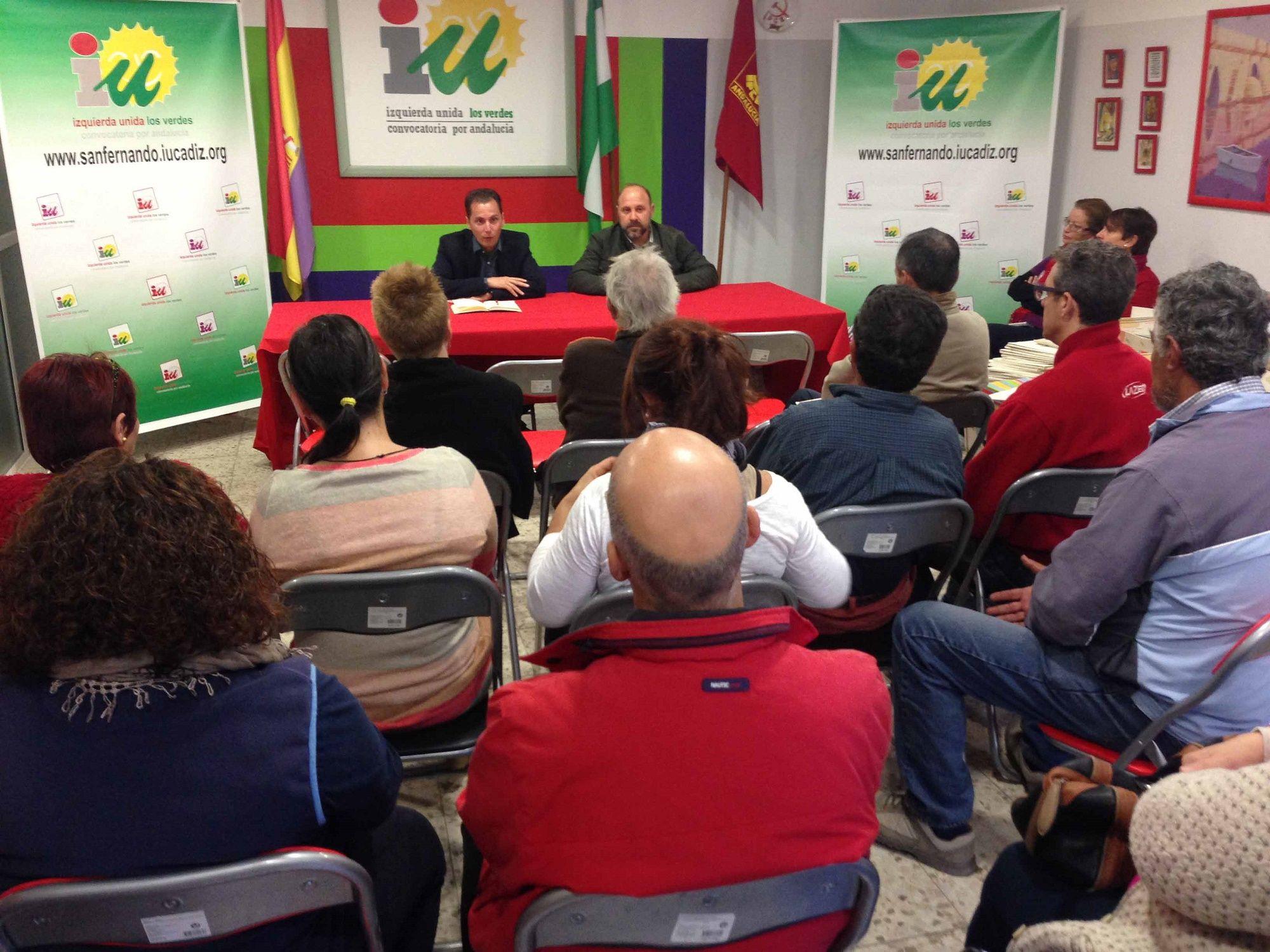 Santiago Gutiérrez y Gonzalo Alías, con colectivos de parados de San Fernando
